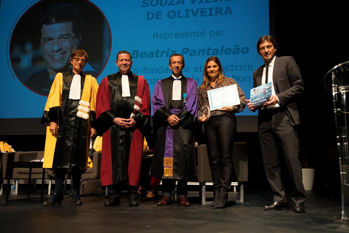 Beatriz Pantaleão et Leonardo reçoivent le prix pour Raí